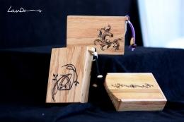 Madera de roble americano, ciprés y peral. Medidads 11 x 7,5 x 2,5 cm. Pintadas a mano con betún de judea. Piezas únicas, 25 Euros.