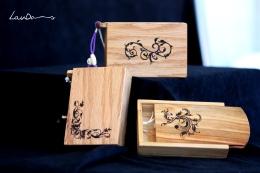 Madera de roble americano, ciprés y peral. Medidads 11 x 7,5 x 2,5 cm. Pintadas a mano con betún de judea. Piezas únicas, 25 Euros. Para farias, paquetes blandos y tabaco de liar.