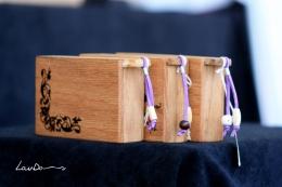 Madera de roble americano y ciprés. Medidads 11 x 7,5 x 2,5 cm. Pintadas a mano con betún de judea. Piezas únicas, 25 Euros. Decoradas con originales abalorios.