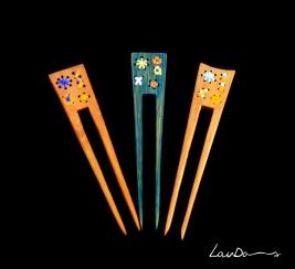 """Peinetas """"Aguja & Hilo"""". En madera de teka. Diseño original y realizada a mano de forma artesanal. Tintes especiales para madera. Rematada con hilos de colores de algodón 100%"""