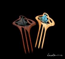 Diseño de inspiración modernista. En madera de sapelly y peral. En madera de teka. Realizada a mano de forma artesanal. Tintes especiales para madera y betún de judea.