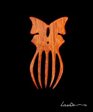 Peineta Mariposa. Pieza única en madera de Sapelly. Diseño original y realizada a mano de forma artesanal.