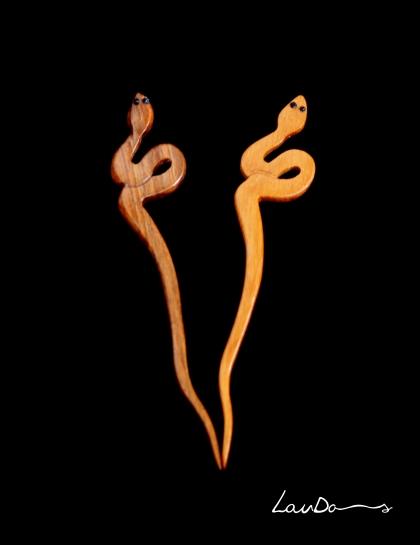 """Diseño """"serpientes"""". Diseños únicos en madera de nogal y teka con ojos de cristal. Todo realizado a mano de forma artesanal."""